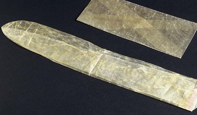 Bao cao su làm từ ruột động vật, đầu thế kỷ 19. Ảnh: Esquire